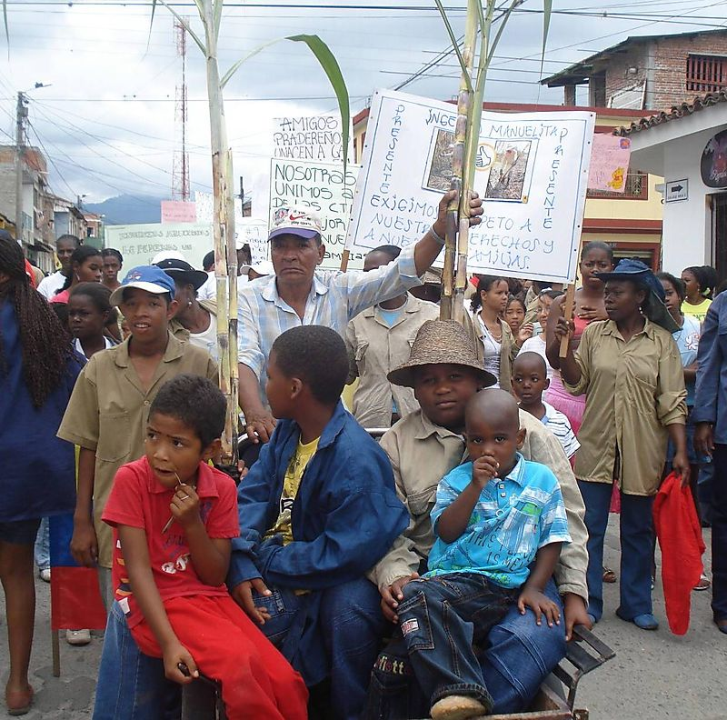 Striking Colombian sugar cane workers